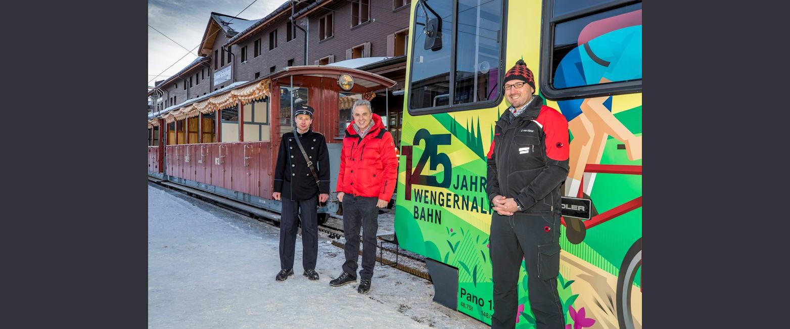 Urs Kessler mit dem Zugbegleiter der SPB in nostalgischer Uniform und Zugfuhrer WAB in neuer Uniform
