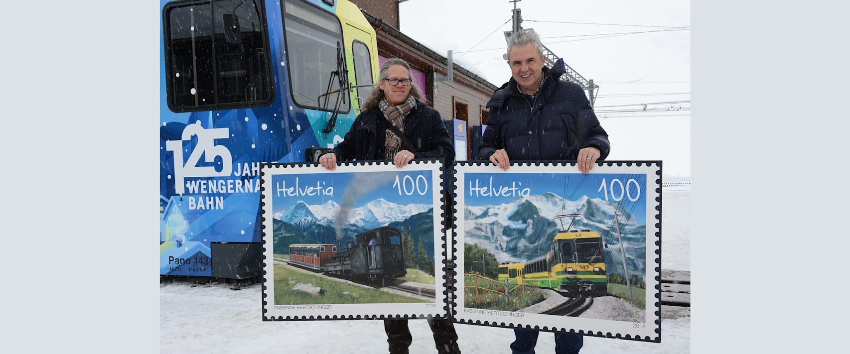 Bernhard Kallen und Urs Kessler mit den Briefmarken vor dem Jubilaeumszug der WAB