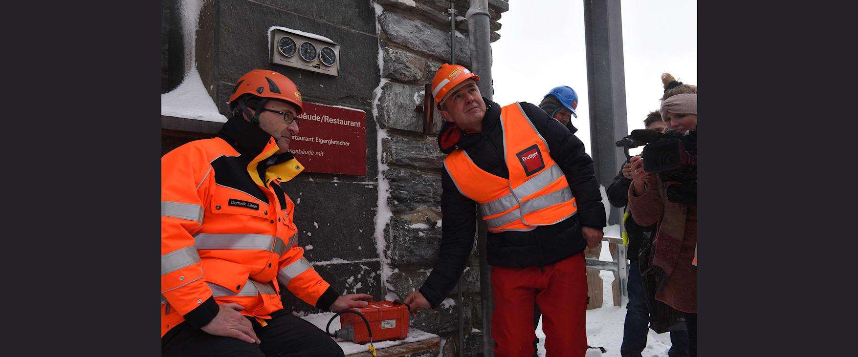 Dominik Liener Projektleiter V Bahn Jungfraubahnen und Urs Kessler CEO Jungfraubahnen bei der Sprengung