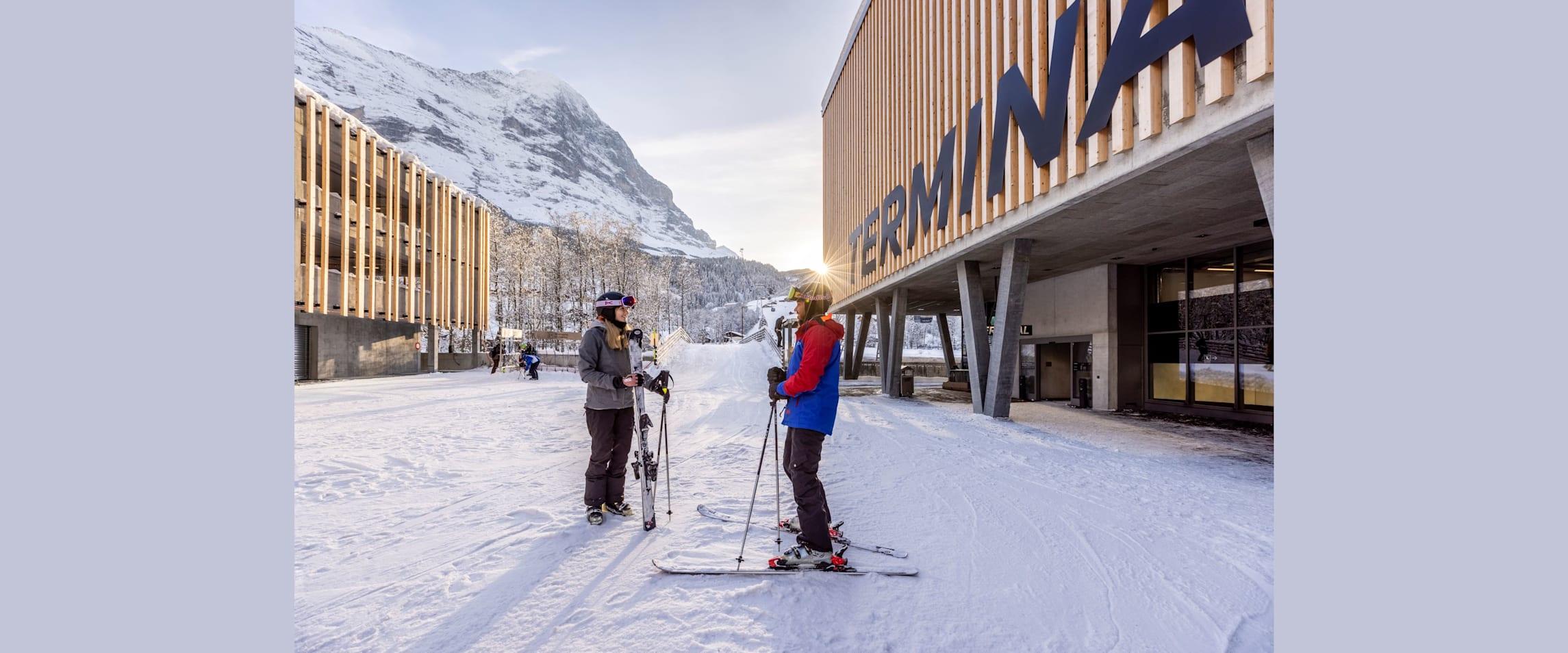Grindelwald Terminal Skibruecke Skifahrer Abendstimmung kl