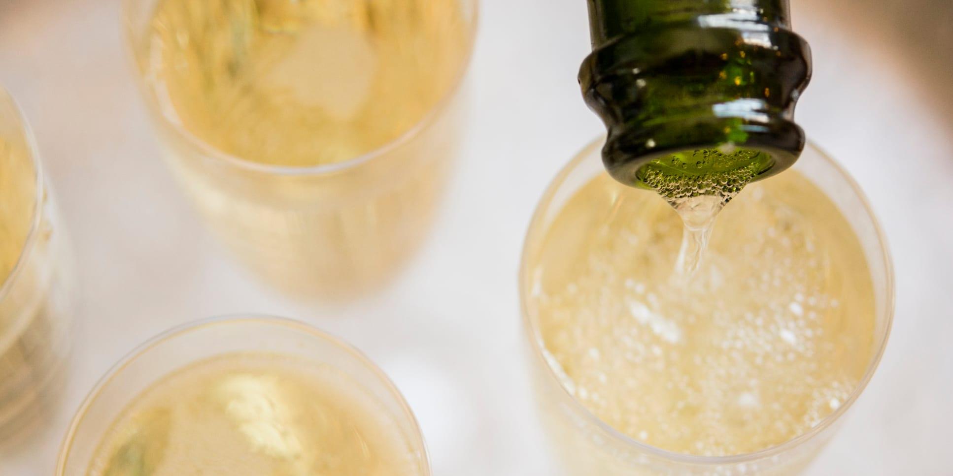 Flûtes à Champagne, bouteille, verser, Champagne, personne, horizontal, photo en studio, jour, panorama, événement, élégance, rafraîchissement, alcool, flûtes, nourriture et boisson, luxueux, boisson
