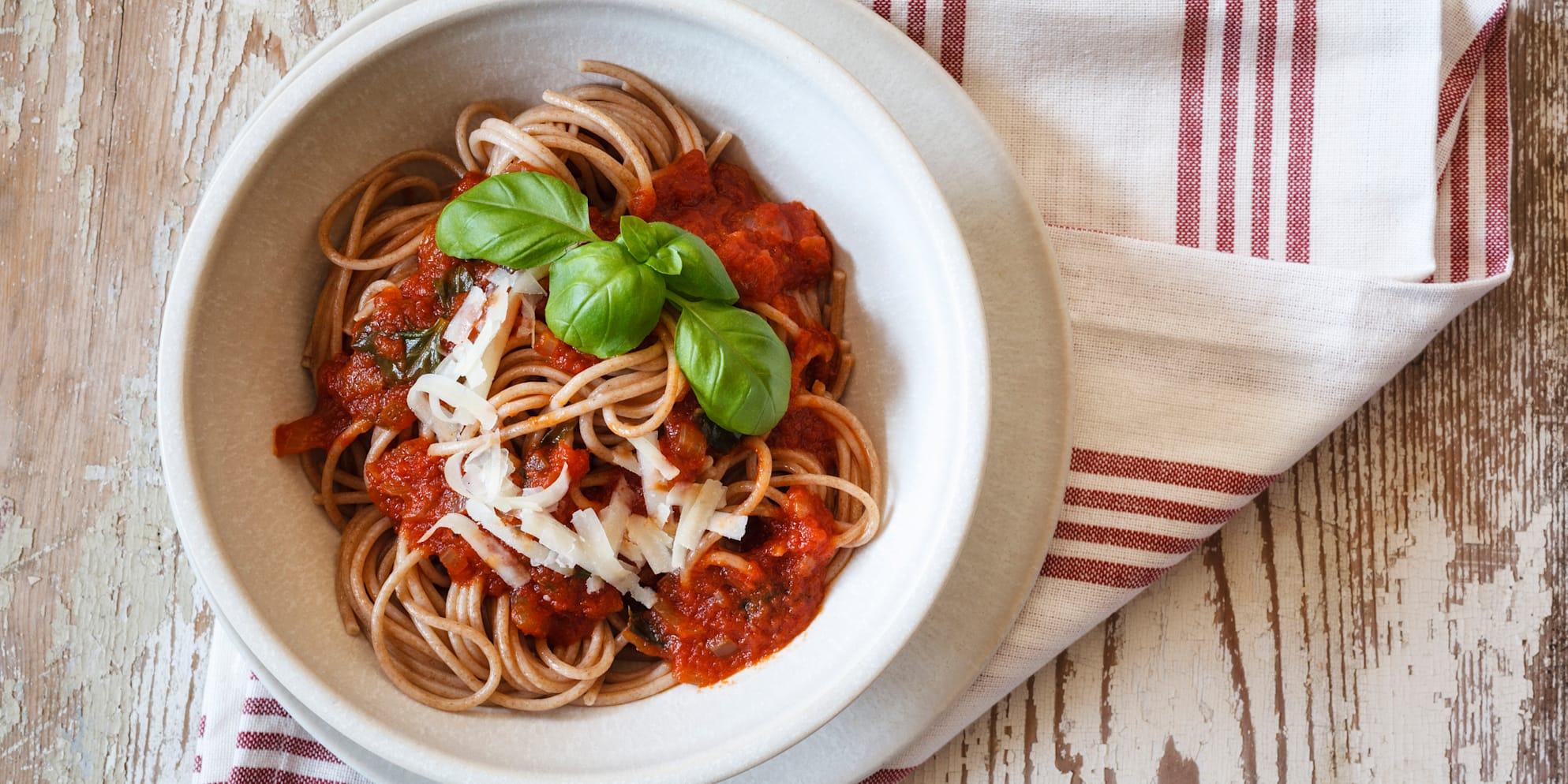 Bol, fourchette, personne, nourriture et boisson, sauce, sauce tomate, nouilles, pâtes, spaghetti, fraîcheur, salle intérieure, photo en studio, panorama, bois, cuisine saine, fromage, parmesan, repas complet, épice, herbes, basilic, torchon, épeautre, cuisine italienne, épice, nourriture et boisson, pâtes d'épeautre, spaghetti complets
