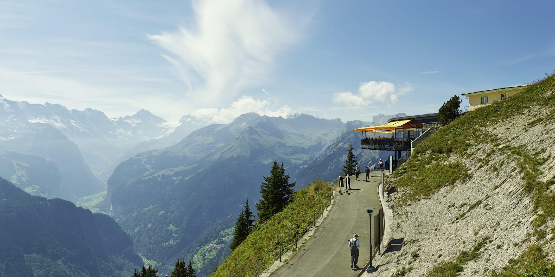 Schynige Platte Panorama Eiger Jungfrau Maennlichen Restaurant Terrasse Sommer