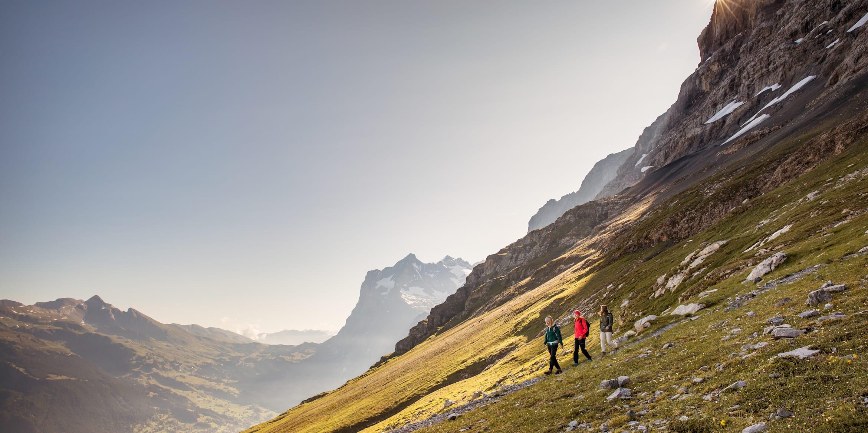 Kleine Scheidegg Eigertrail 3 Personen am wandern