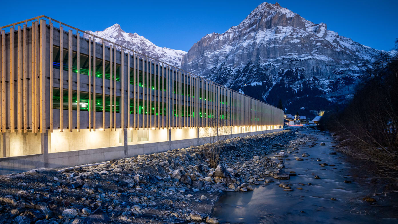 Grindelwald Terminal Parkhaus Aussenaufnahme Maettenberg Abend