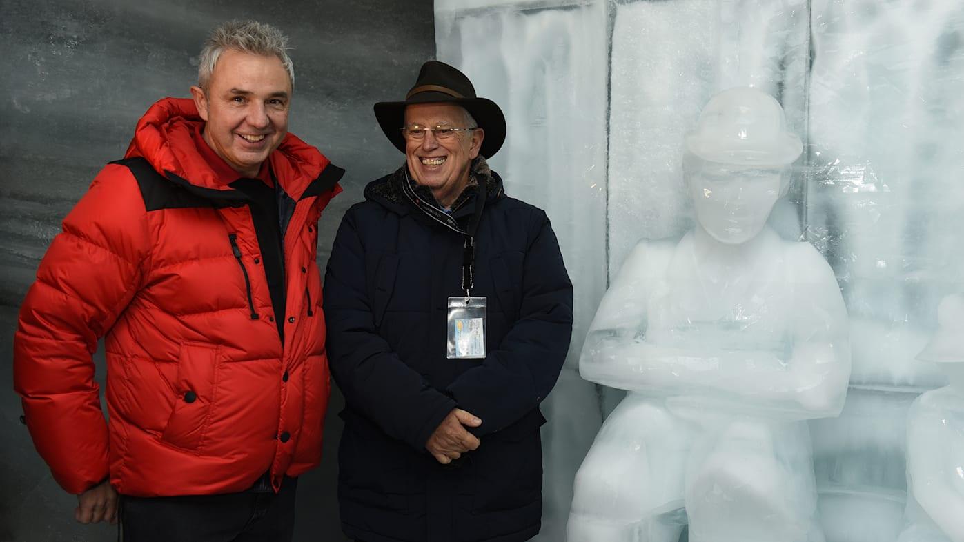 Urs Kessler und Eugene Chaplin vor der Statue