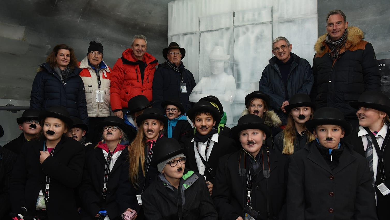 Mit der Schulklasse von Boenigen vor der Statue hinten U Kessler E Chaplin J Doubleday JP Pigeon