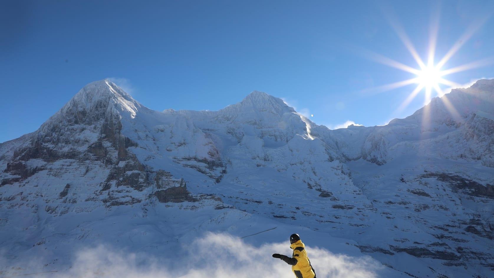 Snowboarder vor Eiger Moench und Jungfrau