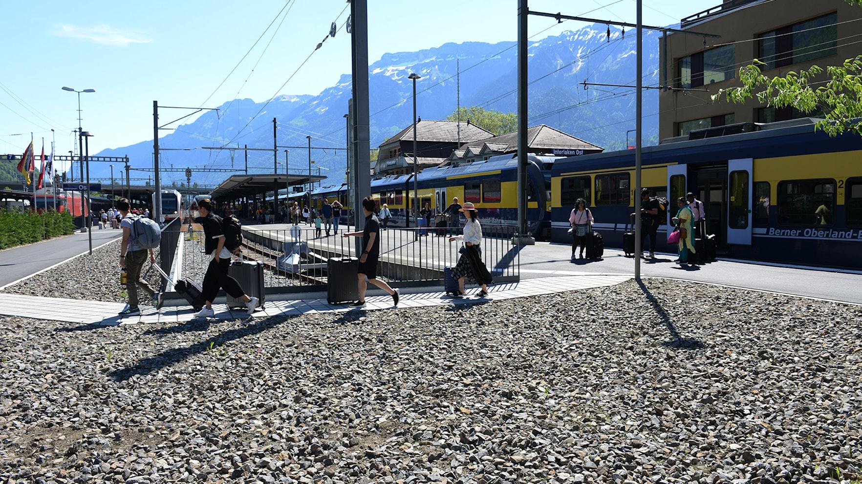 Gaeste nutzen Direktzugang zu Gleisen