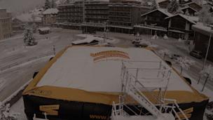 Der 15 mal 15 Jump Bag wird von Grindelwald auf First ins Freestyle Gebiet transportiert Kopie