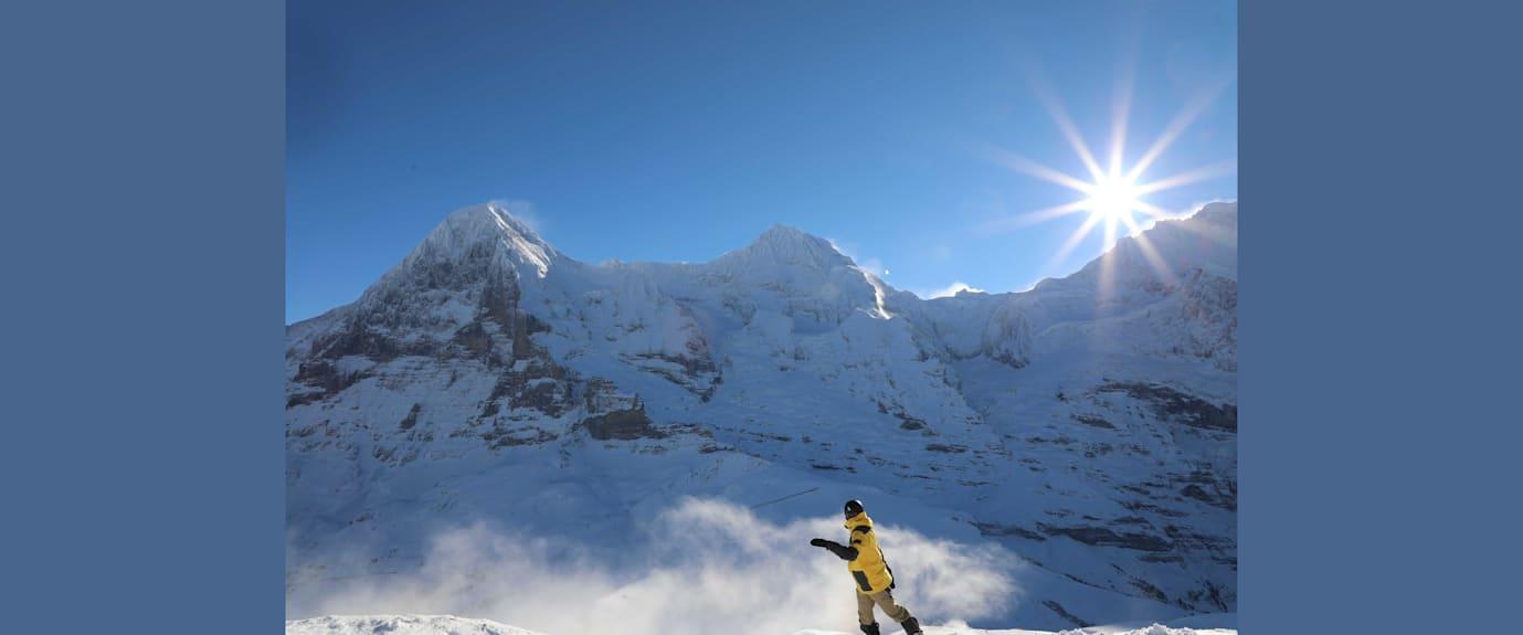 Snowboarder vor Eiger Monch und Jungfrau