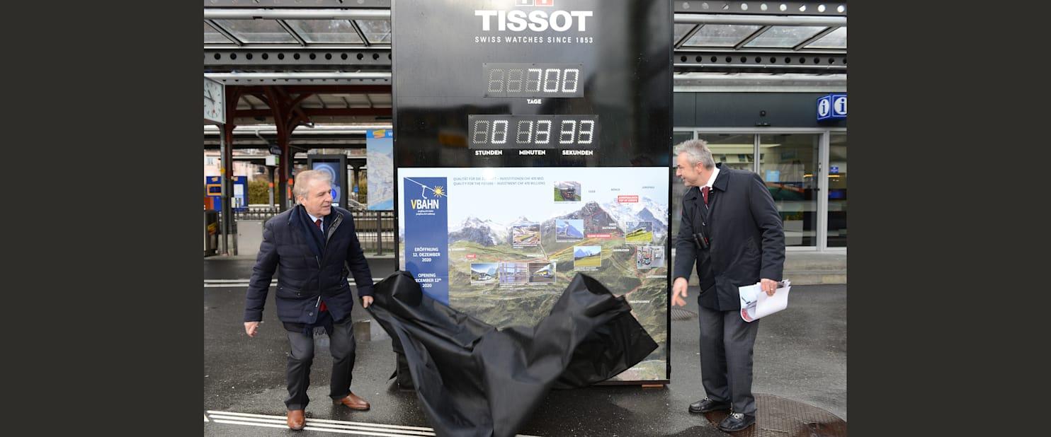 Francois Thiebaud und Urs Kessler enthullen die Countdown Clock beim Bhf Interlaken Ost