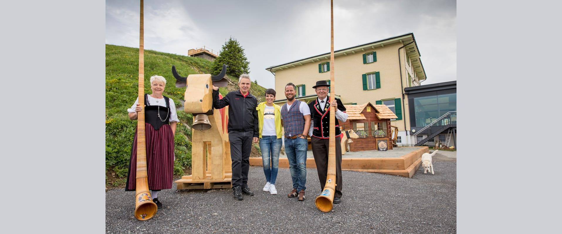 Urs Kessler Francine Jordi und Marc Trauffer mit Alphornblasern auf dem neuen Spielplatz