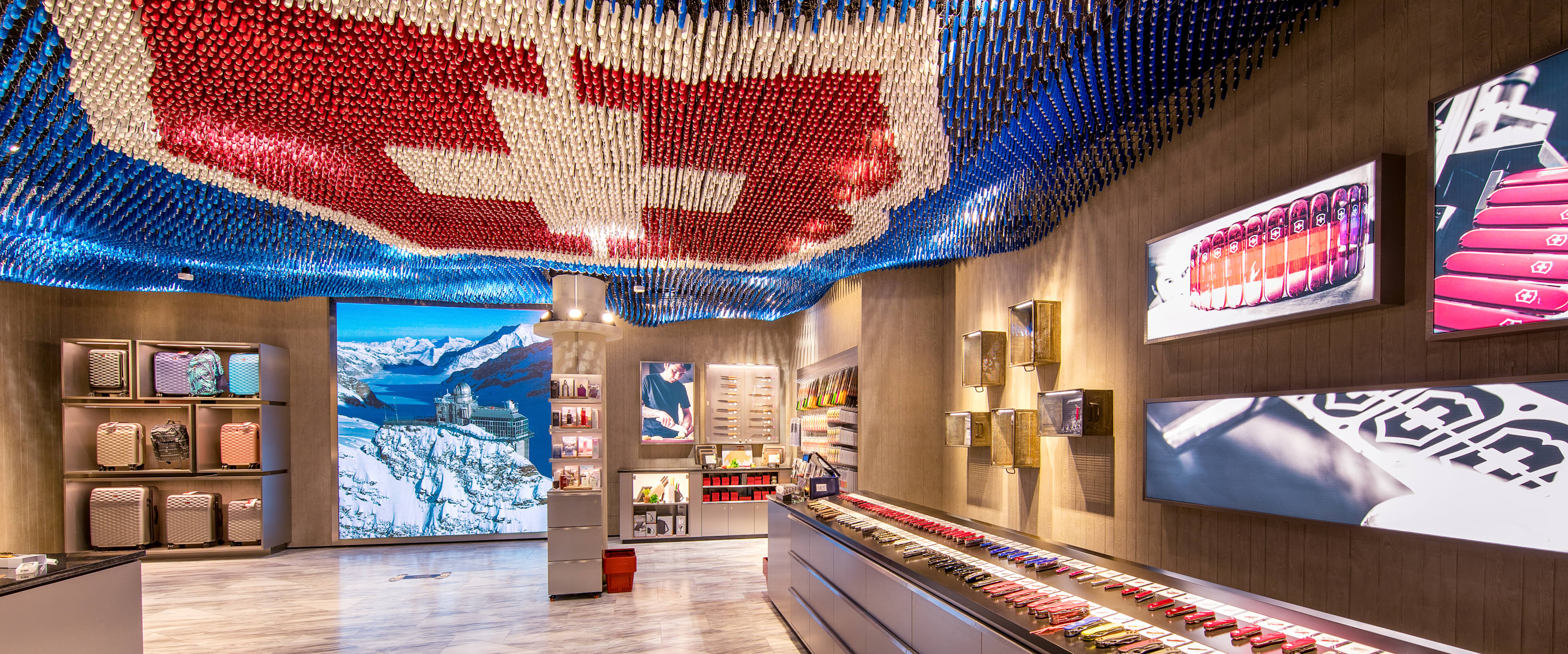 Experiences, flagship store, indoors, Interlaken, Jungfrau Railways, Lindt, partnerships, shop, store, Swatch, relationships, Victorinox, jungfrau.ch