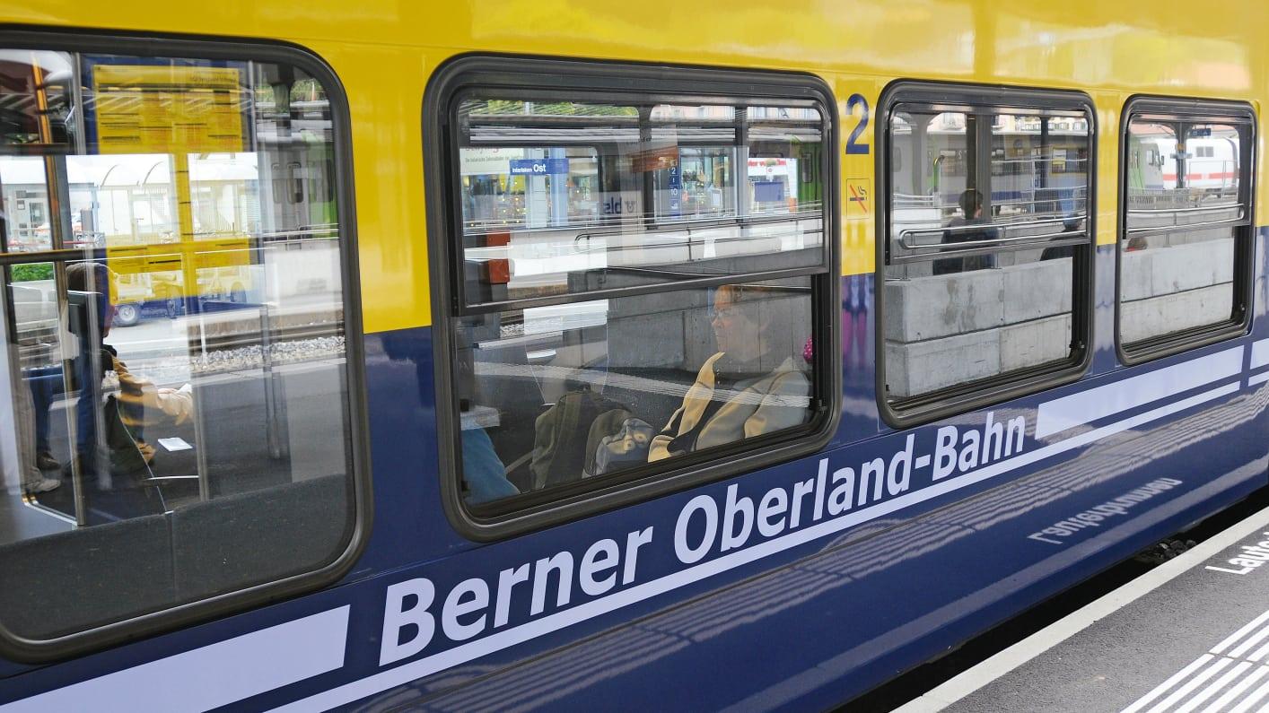 Jungfrau Region, Berner Oberland, Tourismus, Eisenbahn, Schmalspur, Schmalspurbahn, Jungfraubahnen, Zahnradbahn, Jungfrauregion, Bahn, Zug, oeV, oeffentlicher, Verkehr, Schienenverkehr, Rollmaterial, Schienenfahrzeuge, Privatbahnen, Personenwagen, Berner Oberland-Bahnen, Menschen, Reisen, Reisende, Bahnsteig, Fahrgaeste, Zugsabteil, Spiegelung